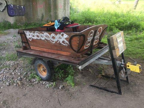 BYTTEVOGN: Under broen på Jubileumsstien har denne vogna blitt satt ut med oppfordring om at folk kan bytte ting de ikke trenger lenger med noe som er i vogna.