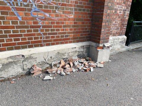 HER: På baksiden av Arena-bygget i Moss sentrum ligger det murstein på fortauet.