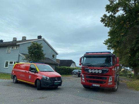 Brannvesenet var raskt på pletten da brannalarmen gikk i dette boligkomplekset på Jeløy søndag.