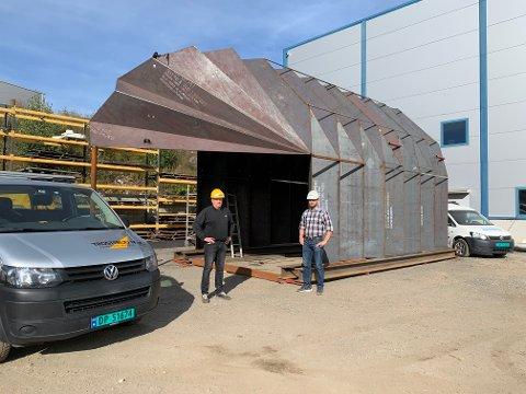 STOR: Stålkonstruksjonen har blitt godt lagt merke til av forbikjørende forteller Jan Erik Tobiassen (t.v.) og Øyvind Myhre. Sveip for flere bilder.