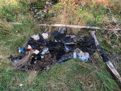 PÅTENT: Dette søppelet fant Aage W. Karlsen påtent mens han var ute og gikk tur fredag. Nå er søppelbrenningen anmeldt.