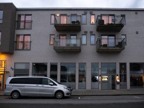 SIKTET: Fredag startet politiet drapsetterforskning etter at en mann i 50-årene ble funnet død i en leilighet i Sarpsborg sentrum på onsdag. Lørdag morgen ble en mann i 30-årene siktet for drapet. Foto: Tobias Nordli