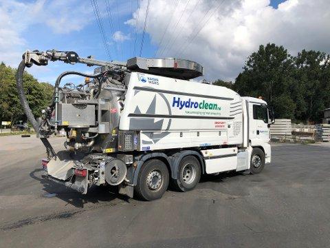 DYR LØSNING: Slike sugebiler frakter nå daglig utslippsvann fra Contiga til et deponi i Fredrikstad, etter at kommunen påla full stans av utslippene fra fabrikken i Moss.