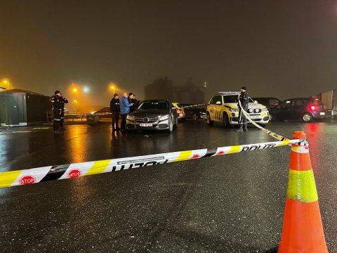 Et større område ble sperret av på YX-stasjonen i Vestby sentrum. Bilen som står inni sperringen er fra politiet.