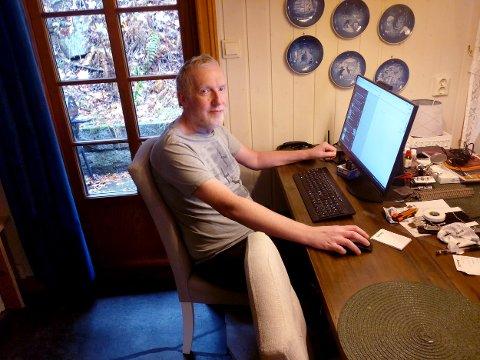 ISOLERT: Flere beboere i Hvitsten opplever for tiden å være uten nett og mobildekning. Vestby Avis-journalist Kjetil Næss er en av dem. Han sier det er mildt sagt utfordrende å sitte på hjemmekontor om dagen.