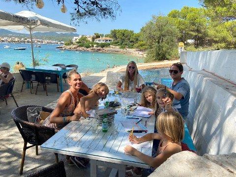 UTELIV: Familien Skaara Borge sammen med gode venner på uterestaurant. Året på Mallorca ga dem både lavere skuldre, nye venner og mange opplevelser. Foto: Privat
