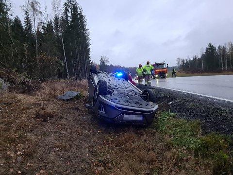 TRAFIKKULYKKE: En bil havnet på taket etter utforkjøring på Elvestadveien mandag morgen.