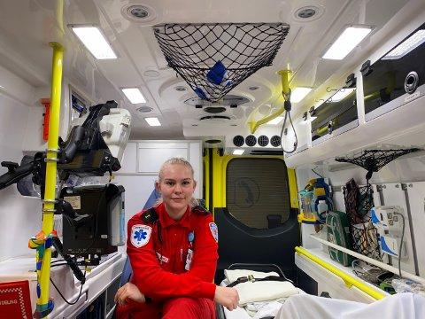 AMBULANSE: Sara Nevjar Evensen (19), som bor i Moss, har landet én av de 16 lærlingplassene i Østfold.