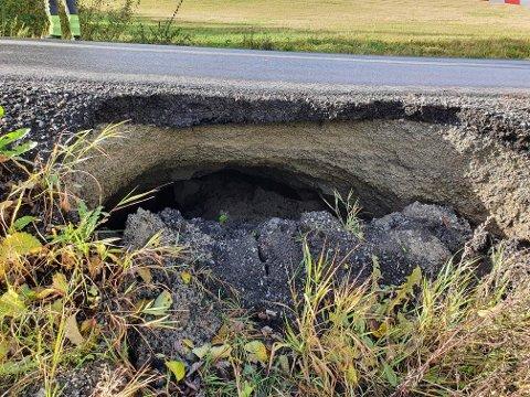 FLOMSKADER: Drøbakveien i Vestby kommune har fått flomskader etter helgens uvær, og veien er nå stengt fram til nødvendige tiltak er gjennomført.