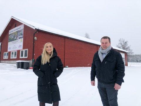 THORBJØRNSRØD: Meglergaarden og Norgeshus sitt nye prosjekt på Sydskogen har barnefamilier som målgruppe. Her er eiendomsmegler Helene Ellefsen og Tommy Skovly på tomta. Rett ved siden av skal også Obos Block Watne bygge flere boliger.
