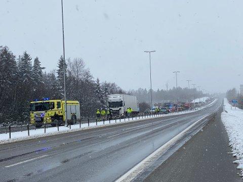 STENGT: Tre biler er involvert i kjedekollisjonen. E6 er stengt fra Halmstad.