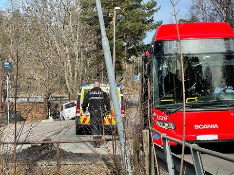 KJØRTE AV VEIEN: En bilist kjørte av veien på Øreåsen mandag ettermiddag. Sjåføren ble tatt med til legevakt for en sjekk.