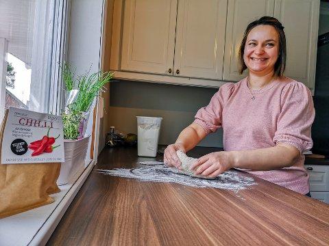 MATGLAD KONDUKTØR: Kine Annette Syversen jobber som konduktør i Vy og på fritiden har hun baking og matlaging som sin aller fremste hobby.
