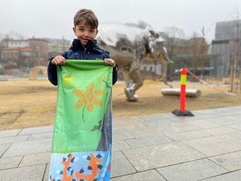 """VANT: Nathaniel med tegningen sin """" Ekorn i treet"""" som var blant de åtte tegningene som vant konkurransen."""