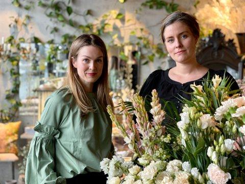 GLEDER SEG: Beskjeden om at blomsterbutikken får åpne igjen kom overraskende, men gledelig på Anette Bragvin Andresen og Ida Svenungsson ved Fiori på Verket.