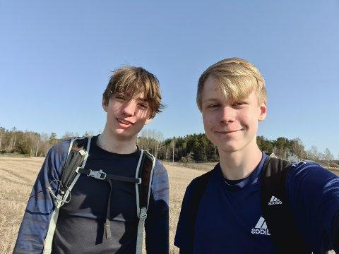PÅ TUR: Simen Maude Haglund og Georg Frisvoll bruker lørdagen sin på å gå rundt hele Vansjø.