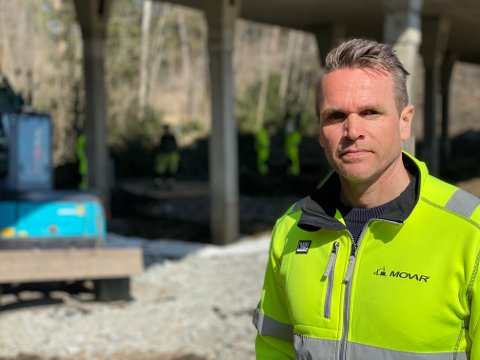 HØY AKTIVITET: Kaj-Werner Grimen, sektorsjef for vann og avløp i Movar, forteller at det har pågått et intensivt arbeid ved Nore Bru i løpet av de siste dagene.