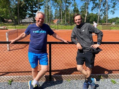 FORNØYD: Ole Reier (t.v.), her sammen med Joakim Karlsson, er glad for tennisklubben nå kan gå inn i en mer normal hverdag.