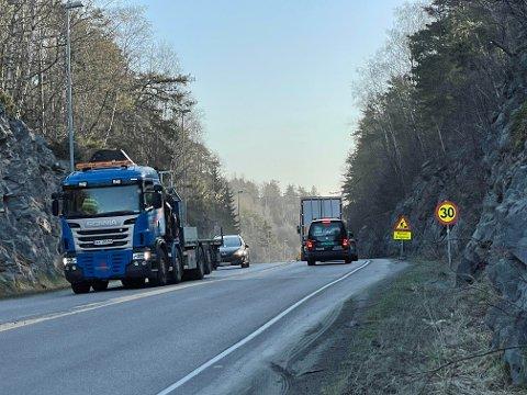 ÅPNER OPP IGJEN: Veien ble stengt sent torsdag kveld og har vært helt stengt gjennom helgen. Tirsdag morgen åpnet ett felt for trafikk igjen.