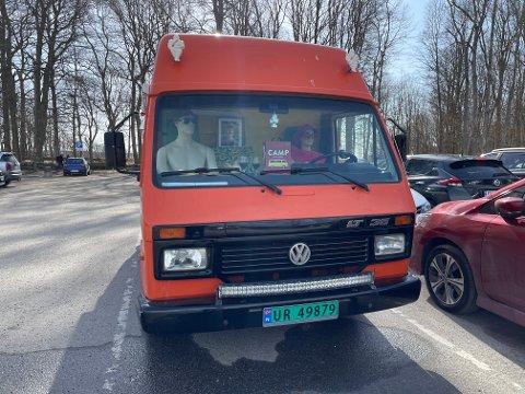 ARTIG PÅFUNN: Det er Cesilie Kløfsrud som kjørte ut varebilen på skjærtorsdag. Hun holder egentlig på å bygge om bilen til en bobil sammen med vennene Ann-Charlotte Berglund og Lars-Erik Bergmann.