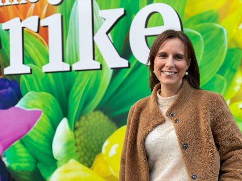 ENDRE REGELVERK: Jeanette Brynildsen, butikksjef for  Fargerike Bretun Interiør mener at lokalpolitikerne bør endre på regelverket slik at stormarkeder og faghandelen skal få det så likt som mulig.
