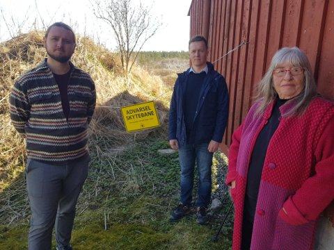 MILJØ: Stortingsrepresentant Freddy André Øvstegård (SV) besøkte nylig Fjell skytebane i Våler og nabo Ole Fjeld (i midten), her sammen med Jorunn Tinglum i Våler SV.