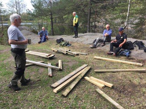 OPPRYDNING: Dugnadsgjengen fikk satt sammen den ødelagte benken igjen med ny plank.