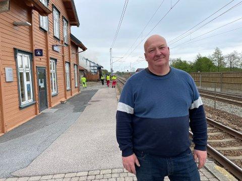 HEV SEG I BILEN: Einar Nathan hev seg i bilen da han kom hjem og så all røyken i området.