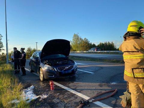 BILBRANN: Det startet brann i mottorrommet i en bil lørdag kveld.