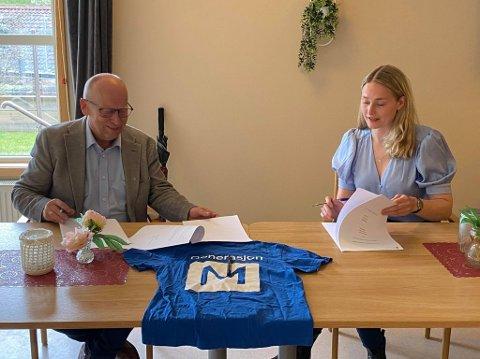 I BOKS: Anne Stine Hole (26) og kommunedirektør Ivar Nævra signerer her avtalen som sikrer 16 ungdommer i Våler lønnet deltidsjobb.
