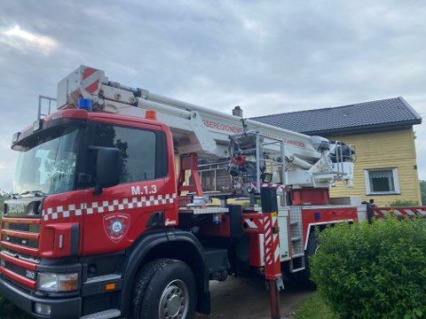 BRANNBIL: Lørdag morgen var brannbiler fortsatt på stedet i forbindelse med boligbrannen.