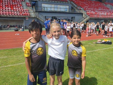STRÅLENDE FORNØYD: David Tangen Reiersen (9), Josefine Tollefsen (7) og Julie Marie W. Eriksen (8) hadde en god opplevelse på Melløs stadion.