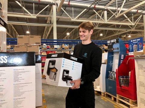 VAREPLUKK: En av Kasper Holsts mange arbeidsoppgaver går ut på å flytte varene rundt omkring på lageret.