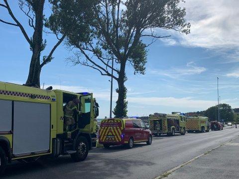 UTRYKNING: Både brannvesenet og politiet rykket ut til en båtbrann i Fiske båthavn mandag ettermiddag.