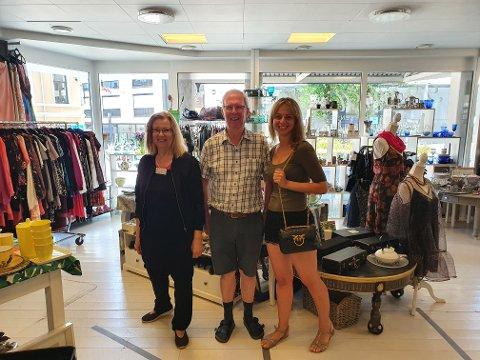 HYGGELIG GJENFORENING: Ann-Christin Andersson, Ole Kjær og Kateryna Johnsen er samstemte om at brukthandelen Happy Hand gir dem mye glede som frivillige.