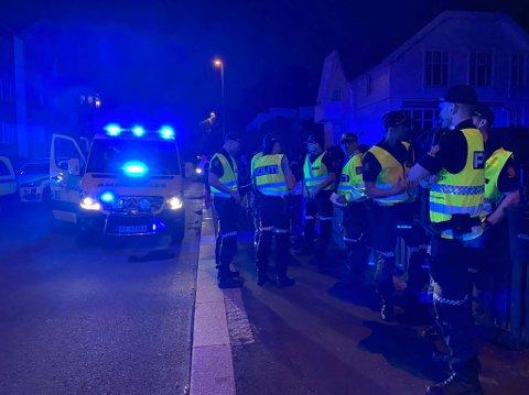 Politiet bekrefter natt til fredag at én person er omkommet etter en brann i en boligblokk i Sandesundveien.