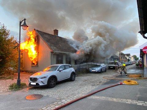 TOTALSKADD: Huset som brant i Stengata mandag morgen er totalskadd. Brannvesenet fortsatte etterslukingen utover formiddagen.