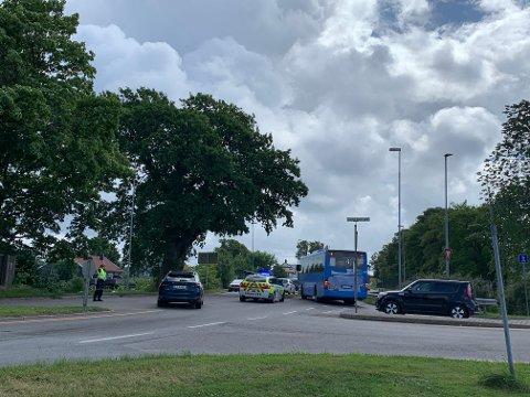 TRAFIKKAOS: Onsdag formiddag er det trafikkaos ved Melløs etter at en buss ble stående bom fast grunnet en teknisk feil. SVEIP FOR FLERE BILDER