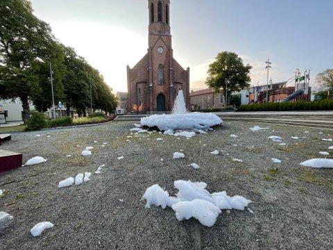 HVIT AUGUST: Skum så langt øyet kunne se foran Moss kirke onsdag morgen.