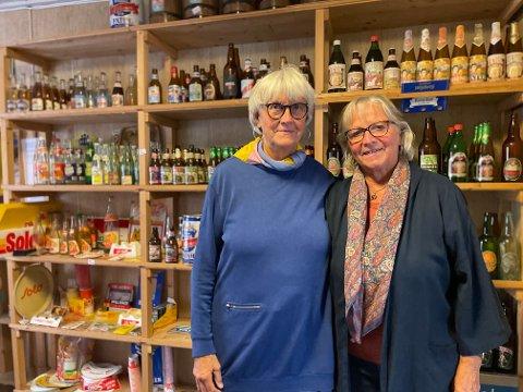Søstrene Trine Lise Heilmann (t.v) og Nina Heilmann gjør de siste forberedelsene før bakgårdssalget av det tidligere museet og bryggeriet begynner på lørdag.
