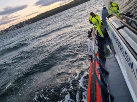 Redningsskøyta Uni Oslofjord reddet en vindsurfer opp fra vannet. Personen hadde vært i vannet minst én time før han ble meldt savnet og ble funnet.