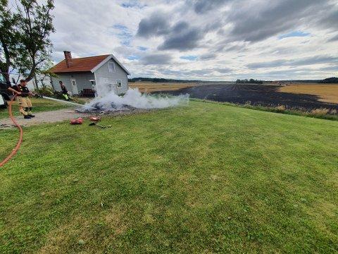 BRANN: Det brant på et jorde i Råde torsdag ettermiddag. Et vitne på stedet forteller til Moss Avis at lokale bønder slukket brannen på jordet fram til brannvesenet kom fram og slukket et avfallsbål, som man ser på bildet.