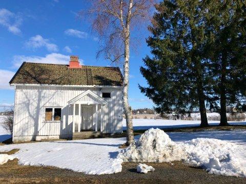 FØR: Slik så røkterboligen på Prestegårdstunet i Vestby ut. Denne uken ble boligen revet. Sveip høyre for å se bilder fra rivingen.