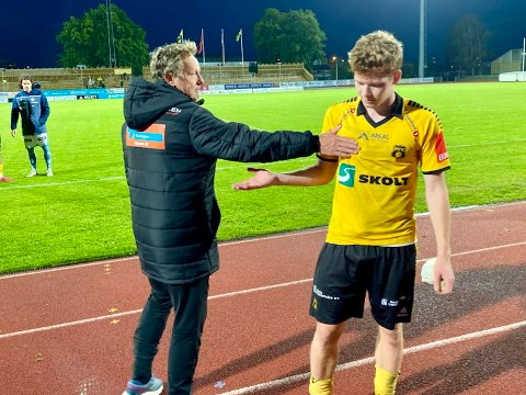 FIKK TRØST: MFKs eneste målscorer, Thomas Klemetsen Jakobsen, fikk trøst av Sandnes Ulf-trener Bjarne Berntsen.
