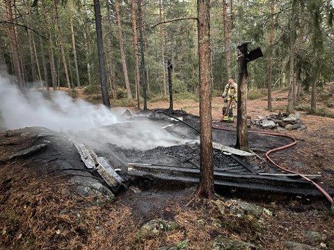 NEDBRENT: Gapahuken har brent ned til grunnen fredag kveld.