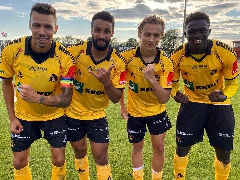 SCORINGSKVARTETT: Midtstopperne og ettmålscorerne Emmanuel Troudart (til venstre) og Momodou Lion Njie (til høyre) flankerer tomålsscorerne Walid Idrissi og Noah Alexandersson etter 6-0-seieren mot Fløya.