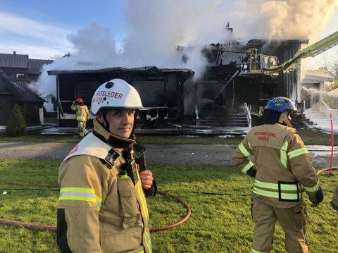 HAR KONTROLL: Huset er totalskadet, men brannen er under kontroll og spredningsfaren er over, sier innsatsleder Svein Åge Finseth i brannvesenet
