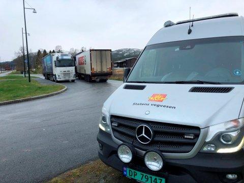 KONTROLL: 12 tyngre kjøretøy ble kontrollert av Statens vegvesen i Harran onsdag formiddag. Fire hadde ikke alt på stell.