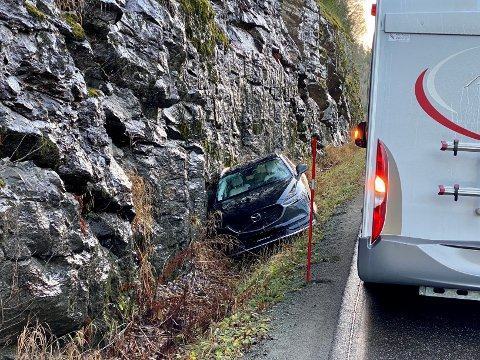 VEGEN STENGES: Etter et kjøretøy havnet utenfor vegen onsdag ettermiddag, blir fylkesveg 17 stengt under bilberging.