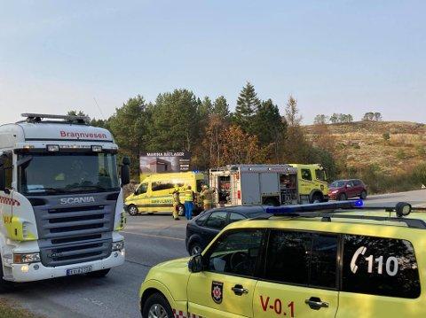 UTFORKJØRING: En bil har kjørt utfor vegen på Marøystranda.